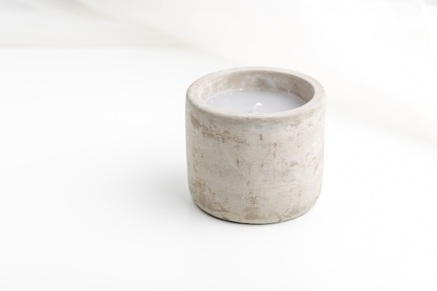 Vela de hormigón individual con aceites esenciales. concepto de minimalismo.
