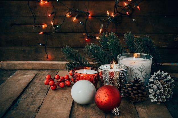 Vela de la navidad en la noche en día de fiesta de la feliz navidad y del año nuevo.