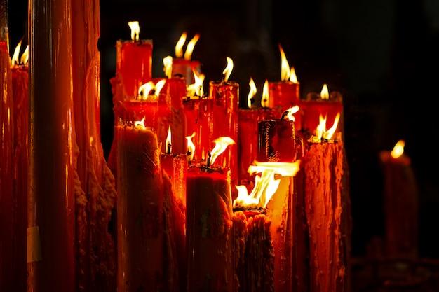 La vela roja con encendida en el templo