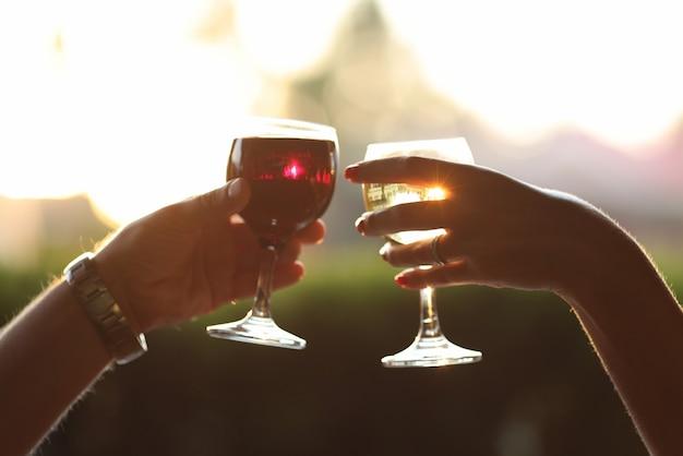 Velada romántica con copa de vid al atardecer.