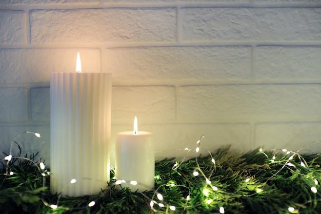 Velas blancas con luces navideñas