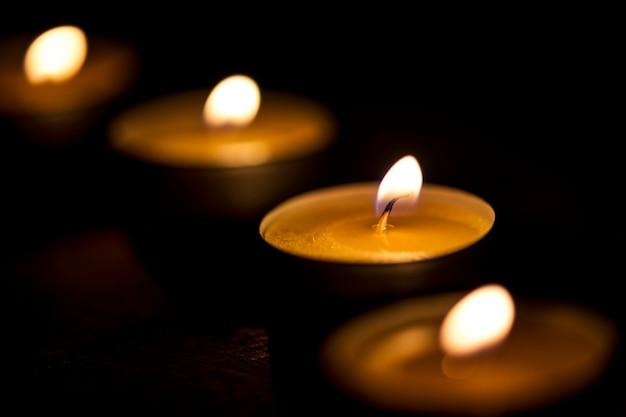 Velas brillando en la oscuridad