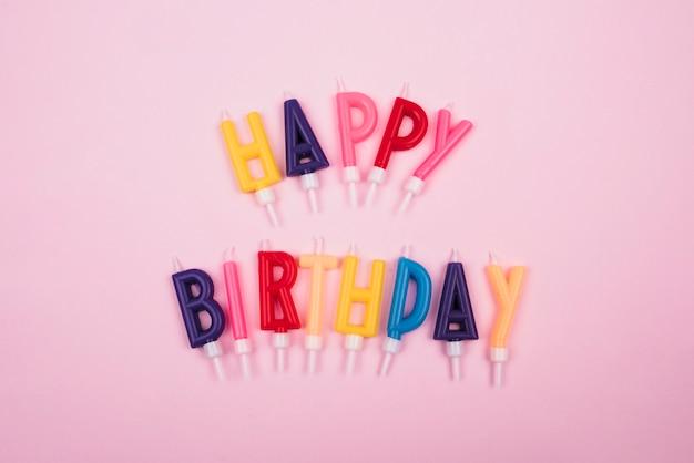 Velas coloridas con mensaje de feliz cumpleaños