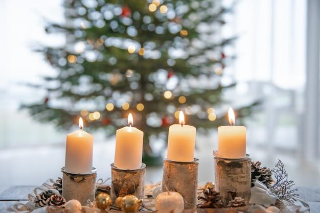 Las velas de la corona de adviento se encienden todos los domingos según la tradición.