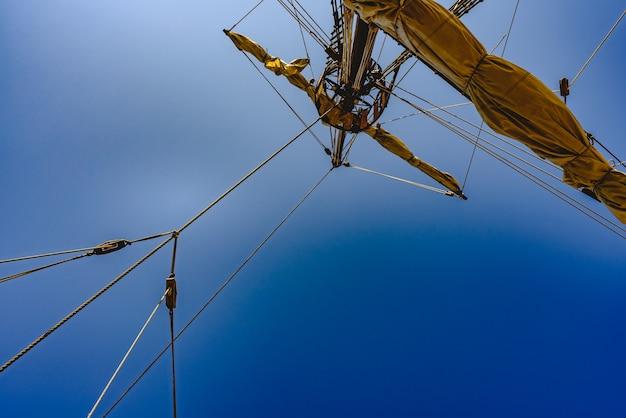 Velas y cuerdas del mástil principal de un barco carabela, barcos de santa maría colón.
