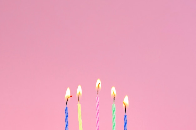 Velas de cumpleaños y copyspace arriba