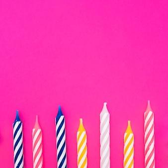 Velas de cumpleaños multicolores apagadas