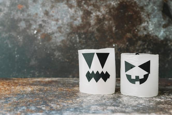 Velas decoradas en estilo de halloween de pie en el lado