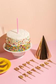Velas y delicioso pastel de cumpleaños