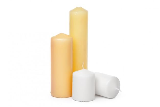 Velas de diferentes tamaños en un blanco