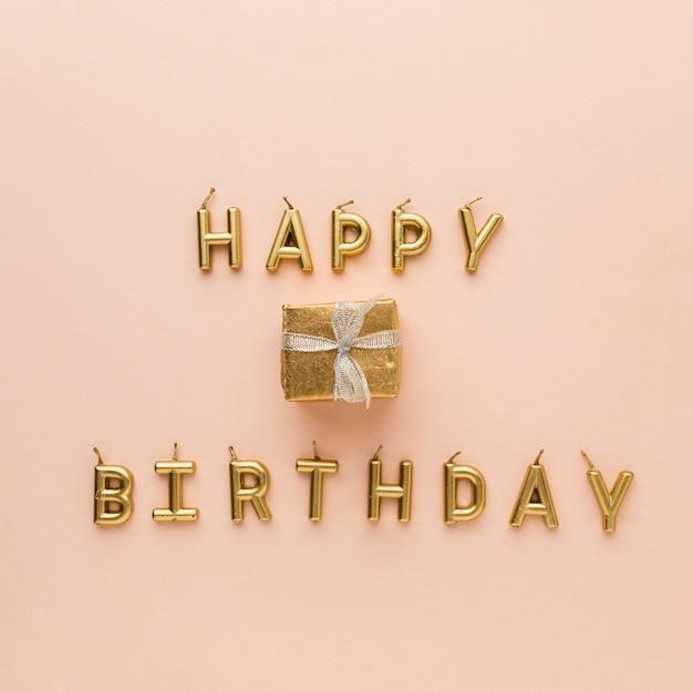 Velas doradas en forma de feliz cumpleaños