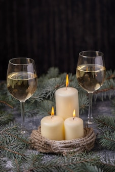 Velas y dos copas de vino en decoraciones de año nuevo