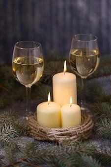 Velas y dos copas de vino o