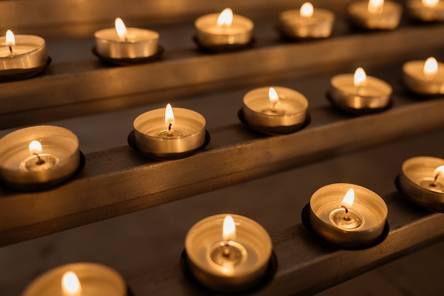 Velas encendidas, fuego, calor, velas sagradas encendidas en la iglesia