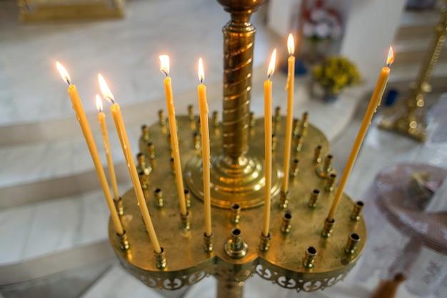 Velas encendidas en la iglesia cristiana ortodoxa