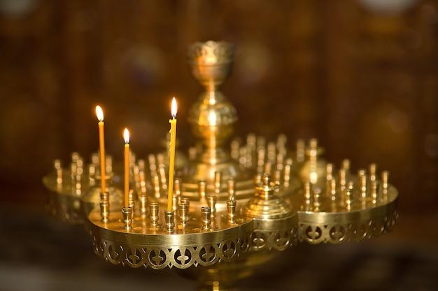 Velas encendidas en la iglesia ortodoxa