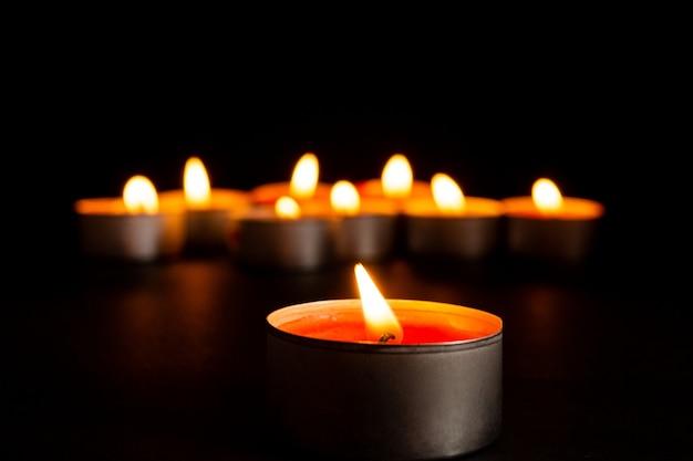 Velas encendidas en negro