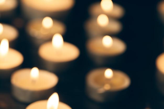 Velas encendidas en la oscuridad. concepto de conmemoración