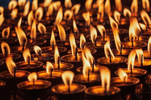 Velas encendidas en el templo budista. dharamsala, himachal pradesh
