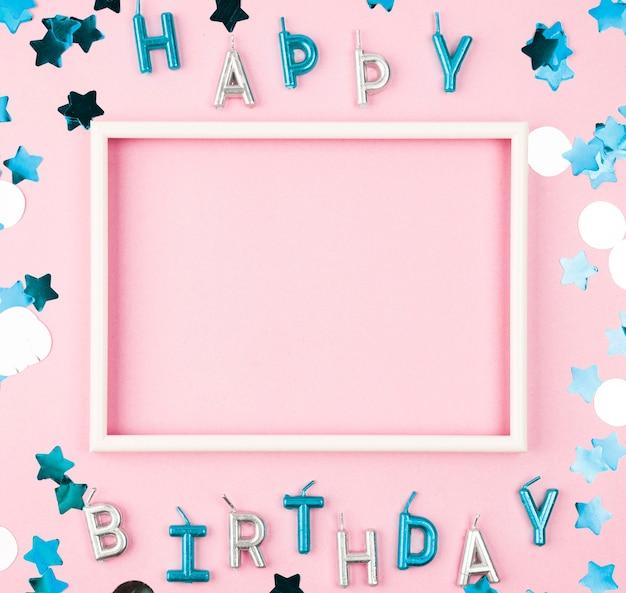 Velas de feliz cumpleaños vista superior con marco