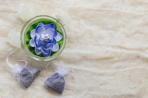 Velas en forma de loto y bolsas con hierbas
