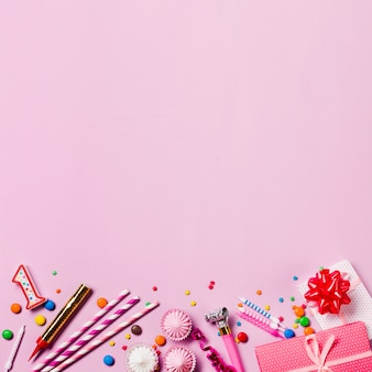 Velas gemas pajita; asperja; cajas de regalo; flámula; aalaw en el fondo de fondo rosa