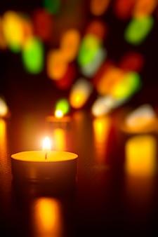 Velas de navidad llama luz decoración romántica en luces desenfocadas