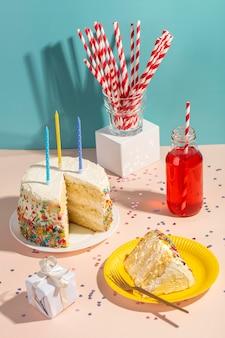 Velas y sabroso pastel de alto ángulo