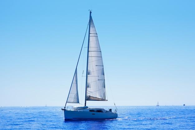 Velero azul navegando mar mediterraneo