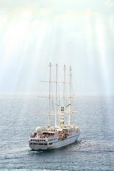 Velero de crucero en el mar bajo el sol