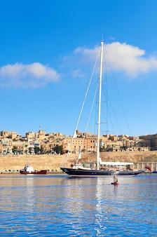 Velero entra en la bahía de grand valetta en malta