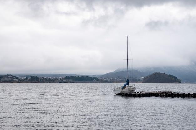 Velero en el lago kawaguchiko, japón