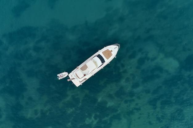Velero en el mar en la luz del sol de la tarde sobre el hermoso mar, aventura de verano de lujo, vacaciones activas en el mar mediterráneo, turquía