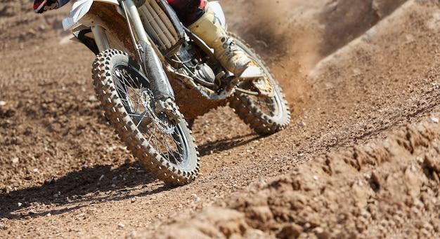 Velocidad de motocross en pista.
