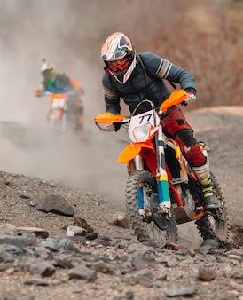 Velocidad y potencia de carrera de bicicleta de motocross en el deporte de hombre extremo, concepto de acción deportiva