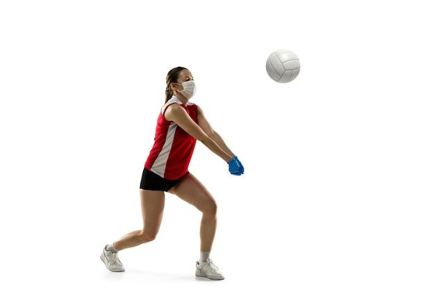 Vence la enfermedad. jugador de voleibol femenino en máscara protectora. sigue activo mientras está en cuarentena. salud, medicina, concepto de deporte.