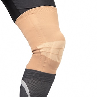 Vendaje para fijar la rodilla lesionada de la pierna humana en un blanco