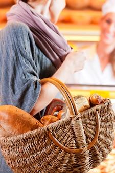 Vendedor con cliente femenino en panadería