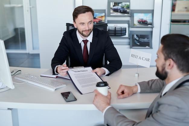 Vendedor con contrato de rent a car