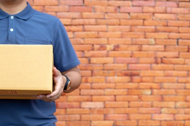 El vendedor prepara la caja de entrega para el cliente, las ventas en línea o el comercio electrónico.