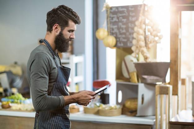 Vendedor con tableta digital en mostrador