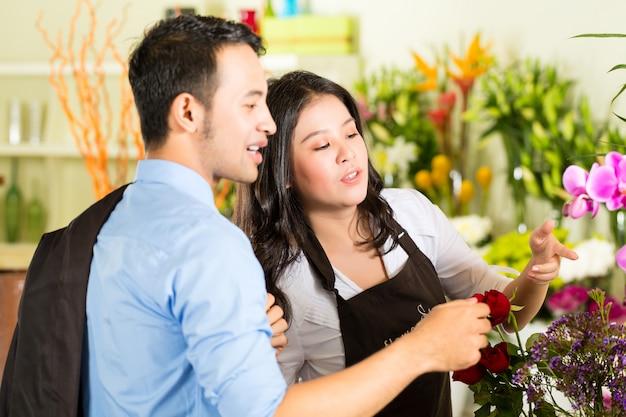 Vendedora y cliente en florería