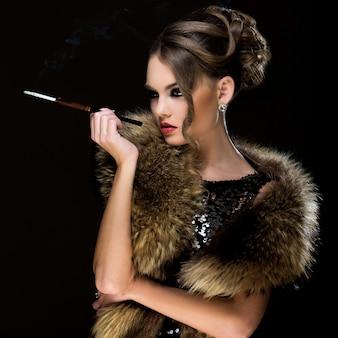 Vendimia. hermosa chica con cigarrillo