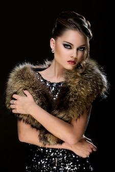 Vendimia. hermosa chica con pieles