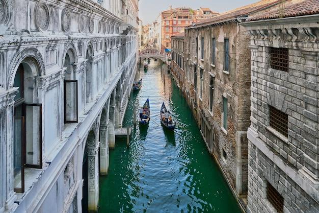 Venecia, italia. vista desde el puente de los suspiros. canal estrecho tradicional con góndolas en venecia, italia