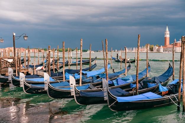 Venecia, paisaje urbano con góndolas