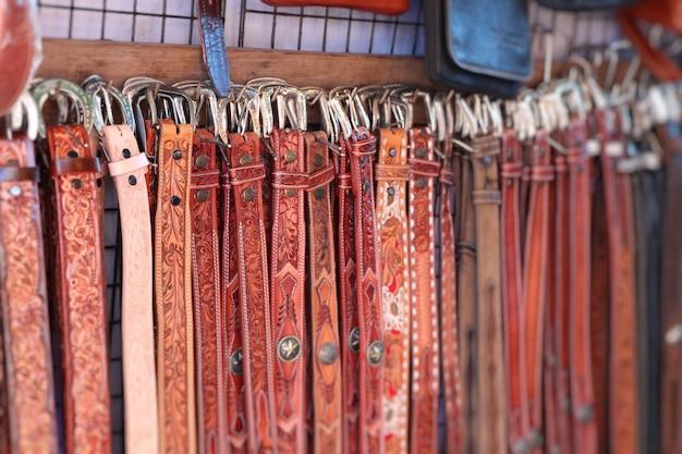 Venta de cinturones de cuero en el mercado.