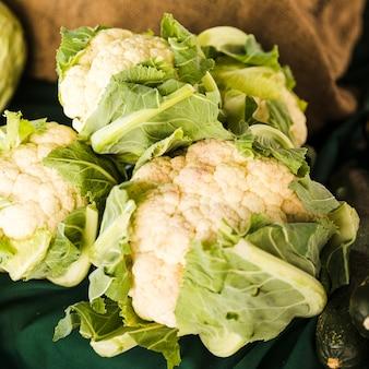 Venta de coliflor orgánica fresca en el mercado tradicional.