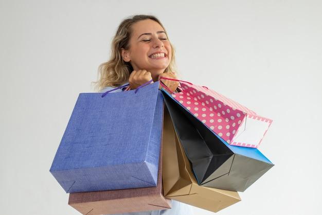 Venta de compras amorosa alegre de la mujer joven