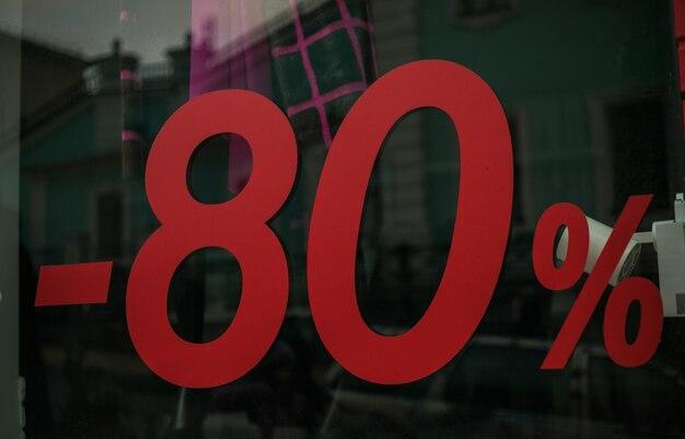 Venta de descuento hasta 80% cartel rojo en centro comercial.